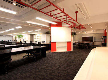 大通り近くにある自社ビルでお仕事◎ 広々とした過ごしやすいオフィスは 休憩時間も快適に過ごせる環境です!!