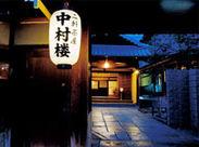 当店は「八坂神社」内にあり、カフェも併設しています! 職人が作ってくれる無料まかないは、毎日のお楽しみ…♪
