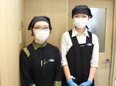写真の右側が店長です! 物腰柔らかく優しい人ですよ♪  制服は左にいるSTAFFさんが着ている 可愛いチャイナ服+エプロン★