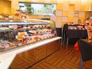 人気のめいぷるロールをはじめ、プチガトーや焼き菓子など、店内には甘いスイーツがずらり★*。+