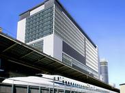 新横浜駅の真上なのでアクセス抜群♪悪天候時にも通勤ラクラク◎自然光が降り注ぎ開放感があるのでリラックスしながら働けます♪