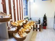 キレイでオシャレな店内ですよ♪ パンのイイ匂いに囲まれながら楽しく働きましょう*★