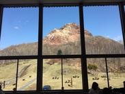窓からは壮大な昭和新山が望めます。