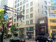 登録センターは、JR各線新宿駅より徒歩10分!新宿三丁目駅からは5分の好立地☆ 新宿2丁目交差点角にあるビルの3Fです◎