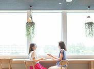 おしゃれなカフェスペースでゆっくり休憩♪電子レンジや冷蔵庫も使い放題! 9階からみえる景色もバツグンです◎