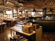 カフェ併設☆ホッと落ち着くオシャレ空間。オシャレや流行に敏感なアナタにおすすめ♪海外からも多数来店→語学力も活かせます◎
