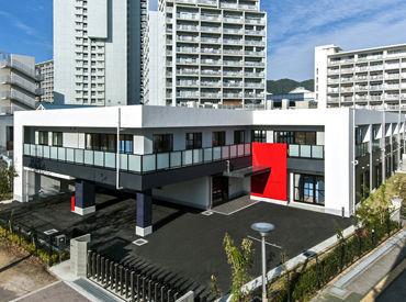 エントランスの赤い看板が目印♪ 広々としたエントランスにキレイな施設。 何度でも行きたくなる場所づくりを行っています!