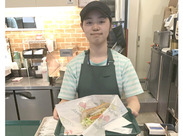 STAFFみんな未経験!意外とカンタン♪『パンに野菜をはさんで・包んでハイ完成ッ !!!』社割200円で食べれるのも嬉しいPOINT★