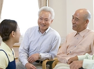 【施設STAFF】おじいちゃん,おばあちゃんと 一緒に食事して、沢山お話しして...♪≪未経験OK≫勤務開始は年内・年明けOK!