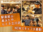 11月にリニューアルオープン* 開放的な店内の真ん中に厨房があり、学生を中心にお店を盛り上げています♪