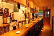 """駅チカだから、雨の日などの出勤もとっても楽チン★店内は暖色系の照明であたたかい雰囲気◎入った瞬間""""ほっ""""とできる空間です♪"""