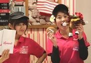 ピンクの看板とマラサダのキャラクターが目印◎ポップでキュートなお店☆スタッフのポロシャツ&サンバイザーの制服もカワイイ♪
