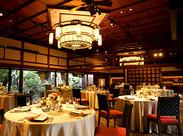 披露宴を行うバンケットは、なんと100畳もある大広間。開放感のある高い天井に、中庭から覗く緑。ゲストから大好評の空間です☆