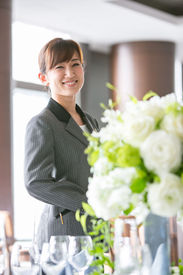 【ウェディングSTAFF】緑あふれる結婚式場が職場☆。*あなたの笑顔でお客様に最高のおもてなしを♪フリーターさん、学生さん、主婦(夫)さん活躍中!