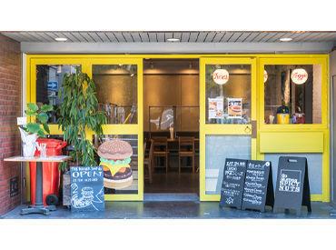 黄色い入り口がオシャレなお店♪ お客さまには入店時に、 手指のアルコール消毒をしていただきます◎