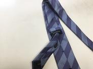 ネクタイの裏を見てみてください!タグとタグの下にステッチが入っていますよね?こちらをつけてもらうお仕事です★