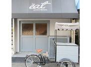 \まるでCafe?!/と思わせるような外観★ セントラルキッチンもオシャレなんです◎ 職場はとても落ち着いた雰囲気ですよ♪