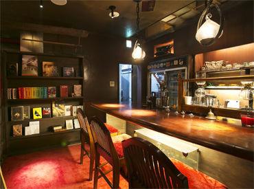 まるで図書館!?店内には本がたくさん♪ しっとり落ち着いた雰囲気のお店です! 本が好きな方大歓迎◎