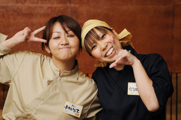 """【鶏料理店Staff】""""バイトって楽しいな!""""そう思える職場です★バイト中は助け合い、休みの日は遊びにいったり♪和気あいあい★スタッフ仲◎"""