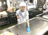 学校給食の調理補助のお仕事です。 落ち着いた雰囲気の中、あなたらしくのびのびと働けますよ♪