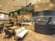 メニューはもちろん店内もとってもオシャレ♪ 店内は南国の自然を感じられる、 リゾート感たっぷりの開放的な空間です*