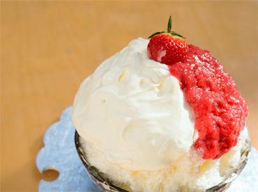 これからの季節にぴったりのかき氷も** 大きないちごとクリームチーズソース、練乳とシロップのハーモニーが絶品。