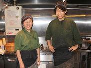 スタッフさんの笑顔をパシャリ☆「うちの料理は超美味!ぜひまかないで全メニュー制覇してください♪新しい仲間を待ってま~す!」
