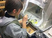 ルアーに色のついたエアーブラシを吹きつけているところです! ルアーを持つ手に、塗料が付かないよう 手袋を付けて作業します◎