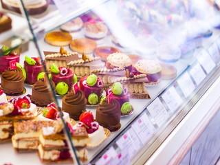 【販売】★フランスのデザート業界とガストロノミー業界の巨匠が作り上げたブティック&カフェ♪焼き菓子や生ケーキの販売スタッフ!★