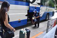 利用者さんの荷物をバスに乗せます◎丁寧に取り扱いしましょう★ちょっとしたことですが、「ありがとう」の言葉が嬉しいですよ♪