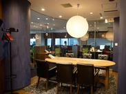 木を基調とした落ち着いたオフィス♪シックなカラーかつ広々としていて快適◎集中しやすい環境で、お仕事がはかどります!
