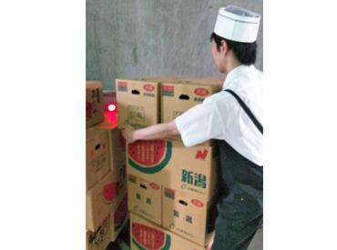 段ボールに入った商品を冷蔵庫内に運んで…。正直重いけど、作業自体はとってもカンタン!
