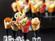 見た目も鮮やかなお料理は、和・洋・中様々な種類のお料理をご用意◎お客様の楽しい一時をお手伝いするお仕事です♪