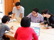 東京の木でつくられたミーティングスペースも。ほっこりいい雰囲気★スタッフ同士も和気あいあい楽しくお仕事中♪