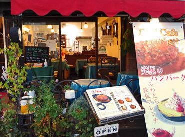 都電「荒川車庫前駅」徒歩1分のカフェ・レストランです。2階にはアンティーク時計店が併設されています。