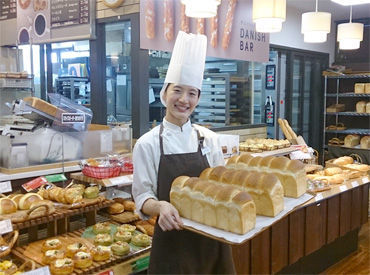 「いらっしゃいませ♪」 パンの香りが広がる空間でお仕事! お昼まででお仕事終了なので、お仕事帰りにパンを買って帰るSTAFFも♪