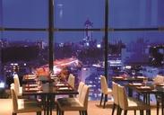 キレイな夜景が特徴的なレストラン◎駅から雨に濡れずに行けるので通勤もラクラク♪制服は着物かパンツスタイルをチョイス!
