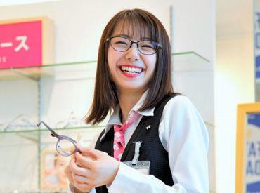 【笑顔があればOK】お客様からメガネの希望や好みなどを聞き、一番喜んでいただける商品を選んでいきましょう。