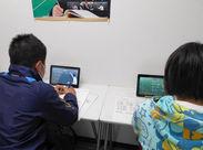 生徒たちはタブレットを使って授業を受けます。