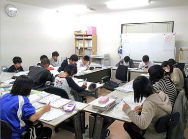 \指導経験・スキルなどは不問◎/ 小学校低学年~高校生まで、 複数の学生さんたちに同じ教室で指導を行います♪