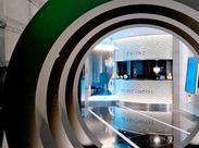 デザイン性の高いオシャレなHOTELで、お客様のお出迎えなどのお仕事♪先輩STAFFのフォロー体制もバッチリだから働きやすさ◎