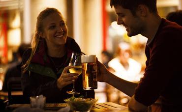 【Cafe Bar STAFF】ベルギーよりインテリアを輸入した内装のビストロ♪≪週1/4h~≫シフト2週間ごと◎ 髪自由!交通費全額支給!ランチのみもOK