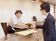 <駅直結のオフィスビルが勤務地♪>社員食堂内にある居酒屋で接客や簡単な盛付等をお願いします◎飲食店未経験の方も大歓迎!