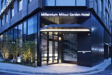 外観は、日本の伝統的な「織(おり)」をモチーフにしたデザイン。 ランドマーク性の高い、存在感のある建物です。