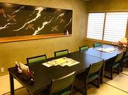 \日本トップクラスの職人がつくった部屋/ 壁にある椿が印象的な作品は有名な左官職人作♪ 顔合わせにも使用される部屋です♪