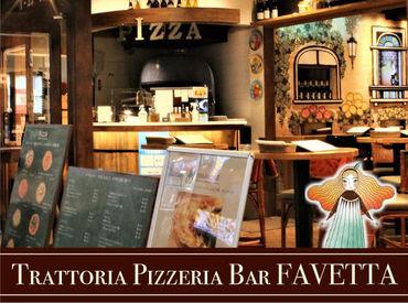 童話の世界をプロジェクションマッピングで映し出す店内♪店内中央にあるピザ窯でピザを焼いています!