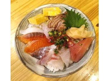 寿司職人見習いさん歓迎! まかないは日替わりで出ます! 他にも握りや刺身盛り合わせ、焼き魚、あら汁など食べられちゃいます♪