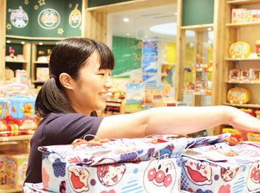 アンパンマンと仲間達に囲まれた店内★ お店に来た子ども達にグッズを見せると喜んでくれるので、 自分まで嬉しくなりますよ!!