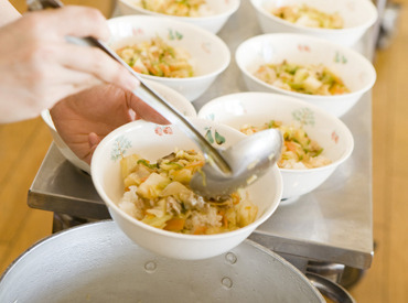 【食堂調理STAFF】未経験歓迎★大学のキレイな食堂で≪責任者候補≫募集♪「料理が好き」「新しいお仕事始めたい」⇒キッカケはこれだけでOK◎