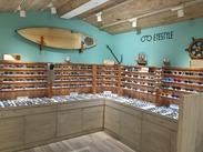 ~西海岸をイメージしたオシャレな店内~ 超有名ブランドの眼鏡/サングラスの セレクトショップでお仕事★センスを活かせる☆